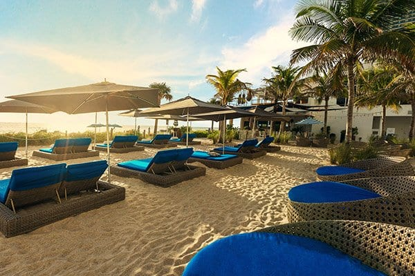 beach-resort-in-florida-beach-hollywood-beach-club-with-lounge-chairs