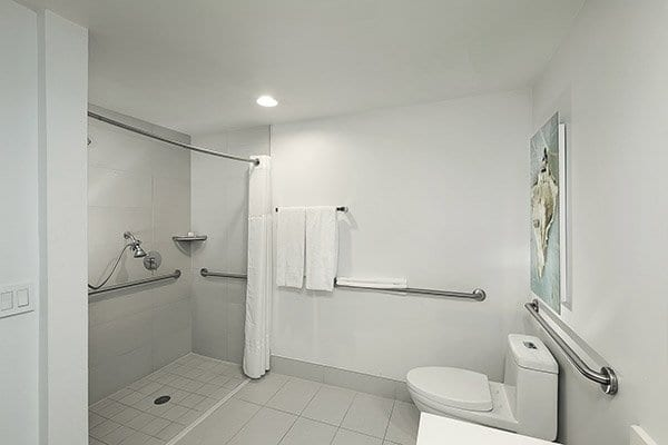 hotel-in-hollywood-beach-ADA-suite-bathroom
